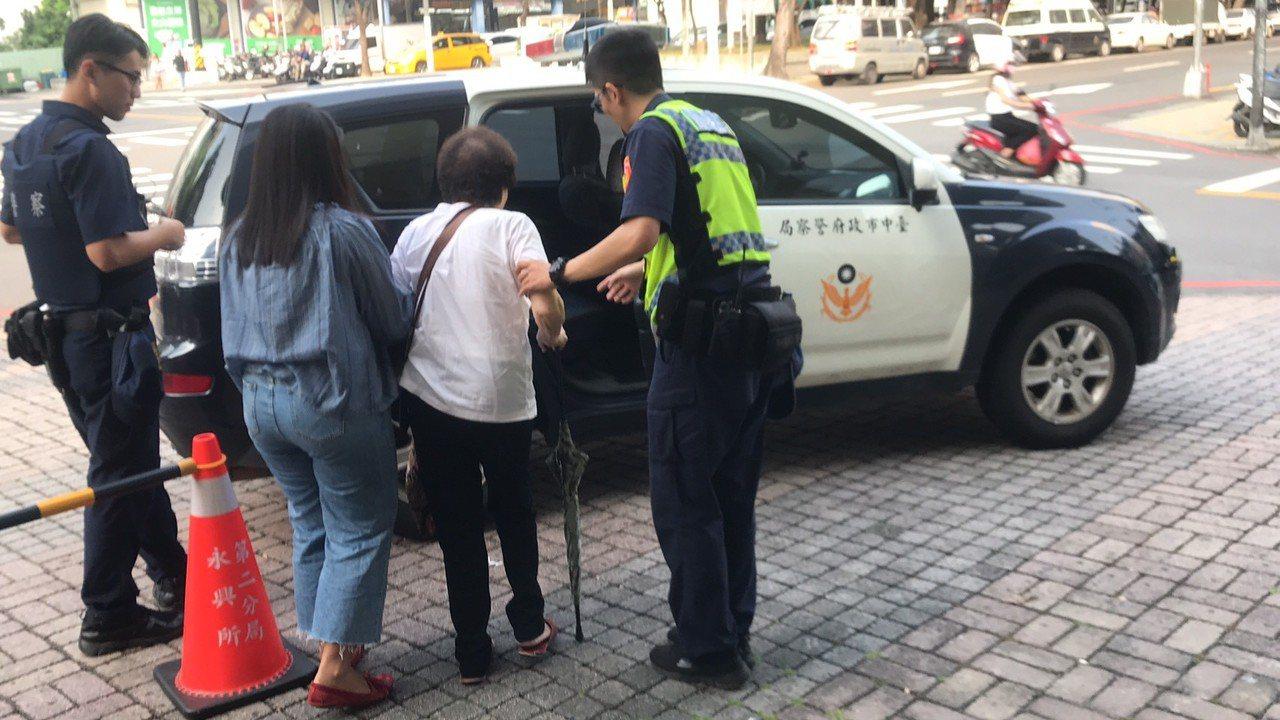 吳姓阿嬤經常幻想外籍看護對她施虐,所幸警方查明真相,並安撫阿嬤,「我們這邊會有紀...
