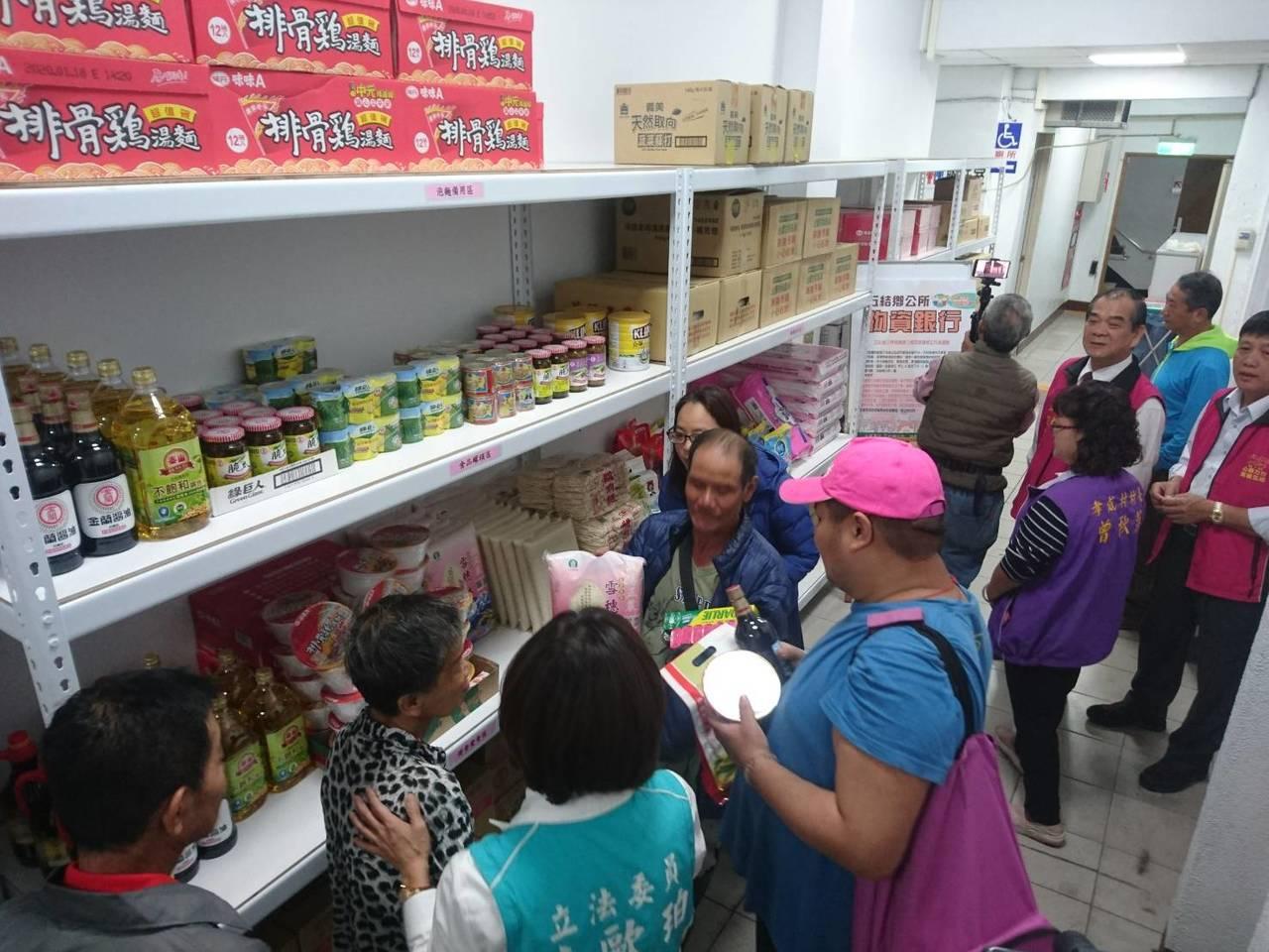 宜蘭縣五結鄉公所「物資銀行」今天開張了,有如公家開的小型超市,衛生紙、泡麵、油、...