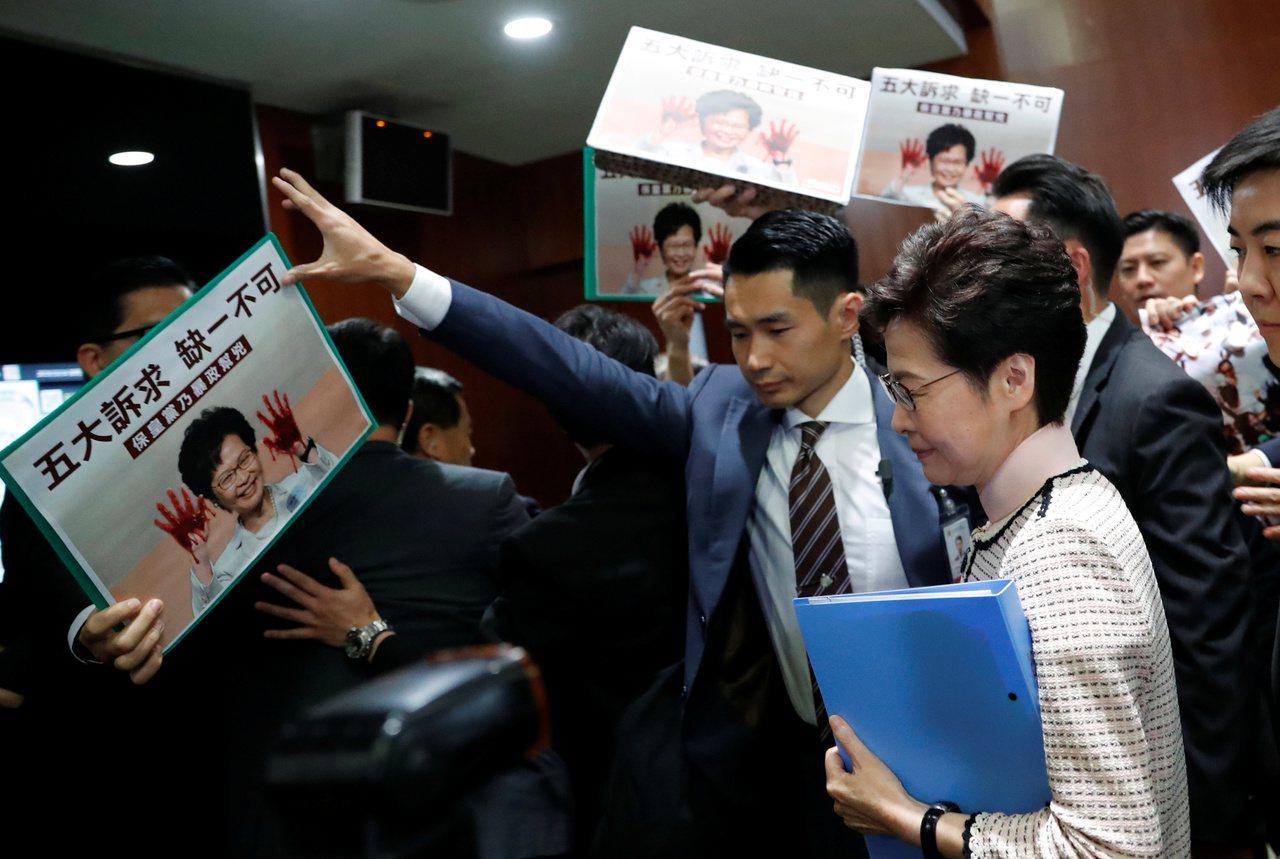 香港行政長官林鄭月娥上午赴立法會議事廳發表施政報告,但由於泛民議員在場示威,。會...