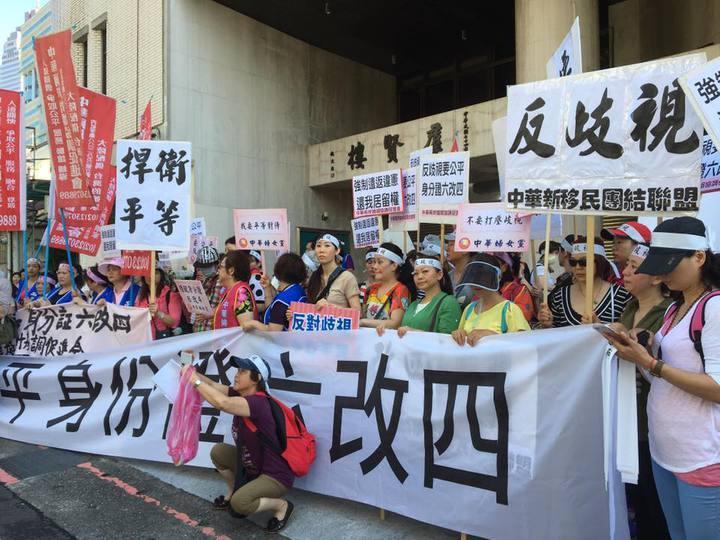 數百名陸配日前在立法院群賢樓外抗議,高喊「要平等、返歧視、身分證六改四」等口號。...