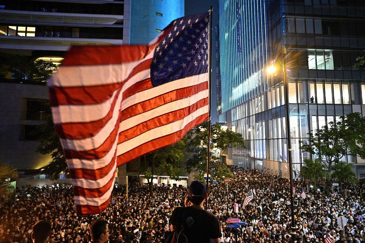 香港反政府運動團體14日晚間舉行「香港人權民主法案集氣大會」,呼籲美方通過「香港...