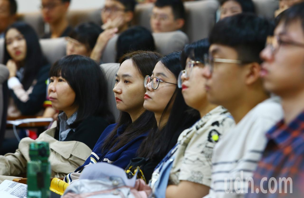前總統馬英九上午以馬教授的身份在東吳大學,向學生闡述慰安婦的歷史背景。記者杜建重...