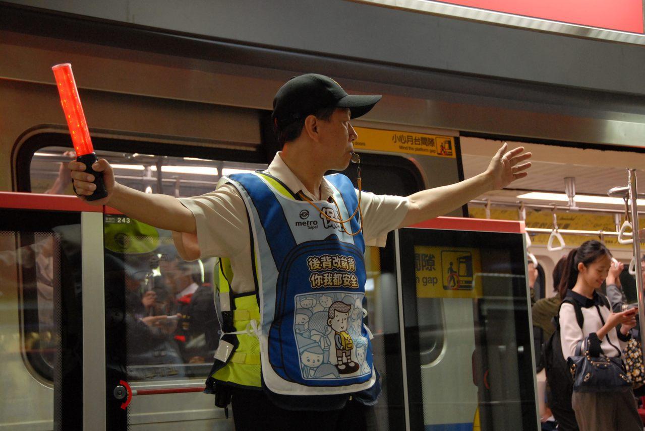 北捷即日起全線車站的保全及清潔人員,尖峰時段將穿起「後背改手提,你我有空間」、「...
