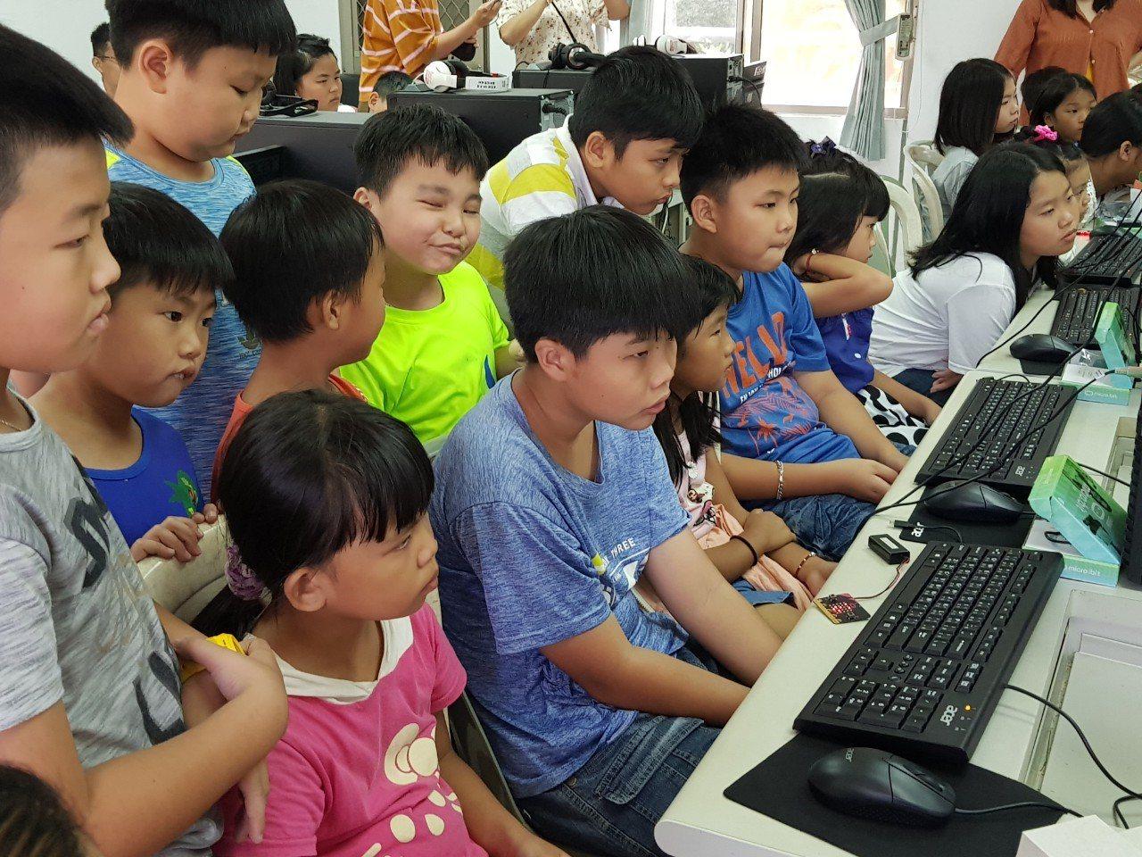 時下最流行的桌遊遊戲mirco-bit走入桶頭國小校園,經由指導後,讓學生們能夠...