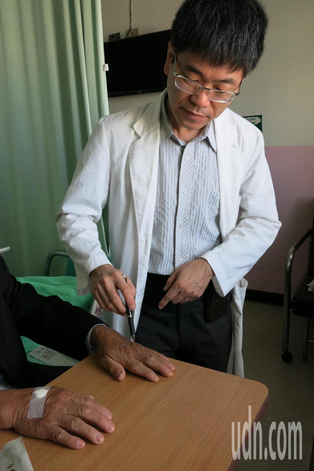 呂男因處理豬腳時,雙手長時間泡在血水裡,加上他沒戴手套保護,導致血水中的細菌經由...