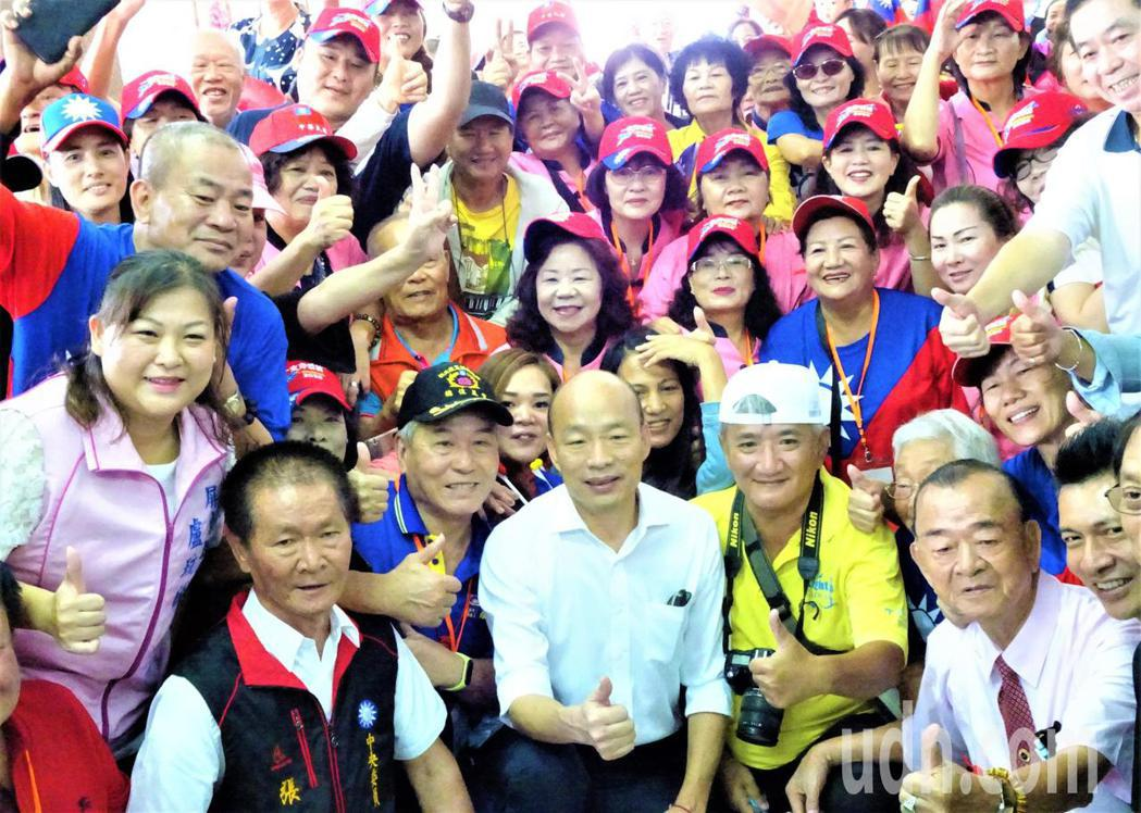 國民黨總統參選人韓國瑜今天上午從台灣最南端的屏東鵝鑾鼻出發,展開平民土地學習傾聽...