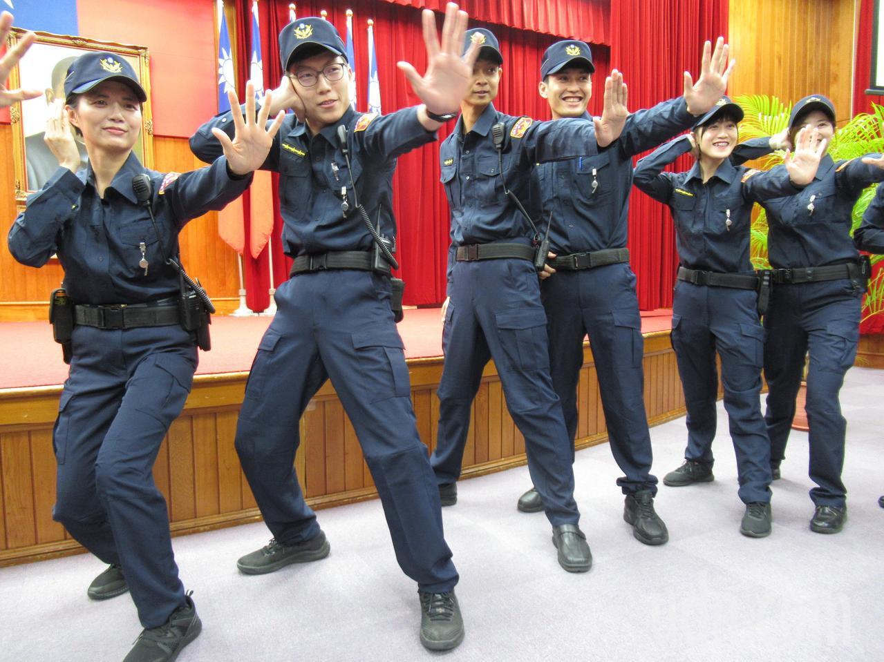 台灣高等法院法警今換著新制服,法警覺得新制服有活力感。記者王宏舜/攝影