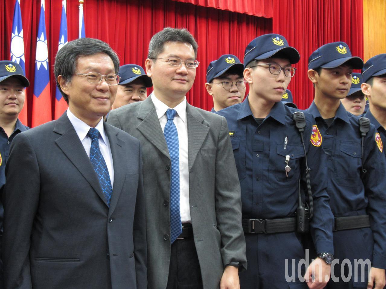 台灣高等法院院長李彥文(前排左一)與書記官長邱忠義(前排左二)宣布法警換穿新制服...