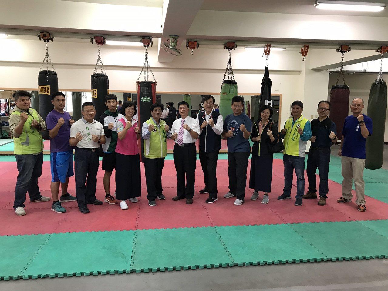 新北市三峽國中拳擊隊在各大比賽屢屢奪牌,不過體能訓練設備卻嚴重不足,立委蘇巧慧、...