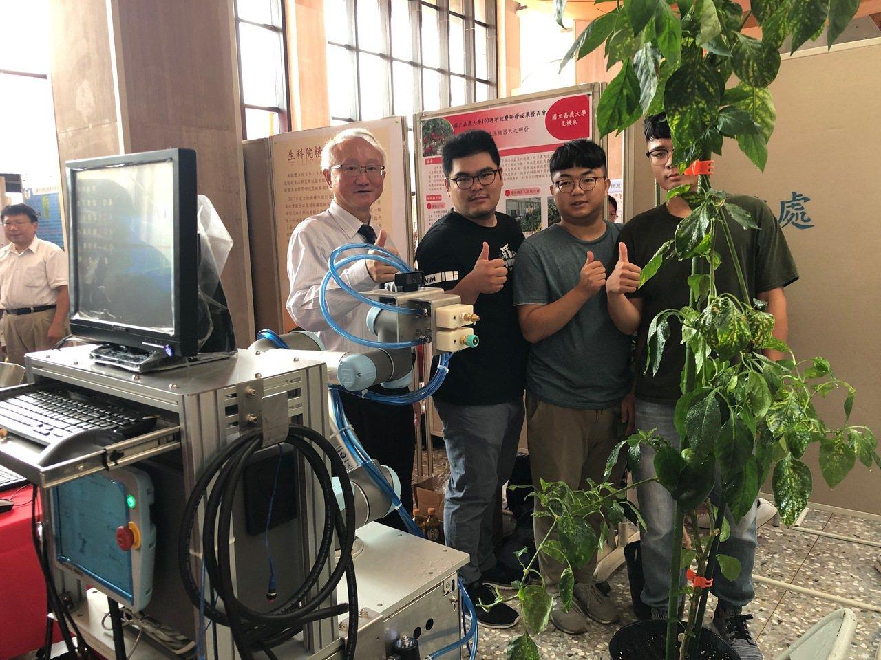 嘉義大學校長艾群(左一)帶領生機系學生,研發出甜椒栽培植保機器人。記者李承穎/攝...