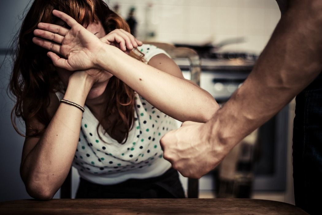 黃男長期對妻女施暴,還曾脫光小孩衣服痛打後鎖在陽台,曾姓妻子訴請離婚獲准。示意圖...