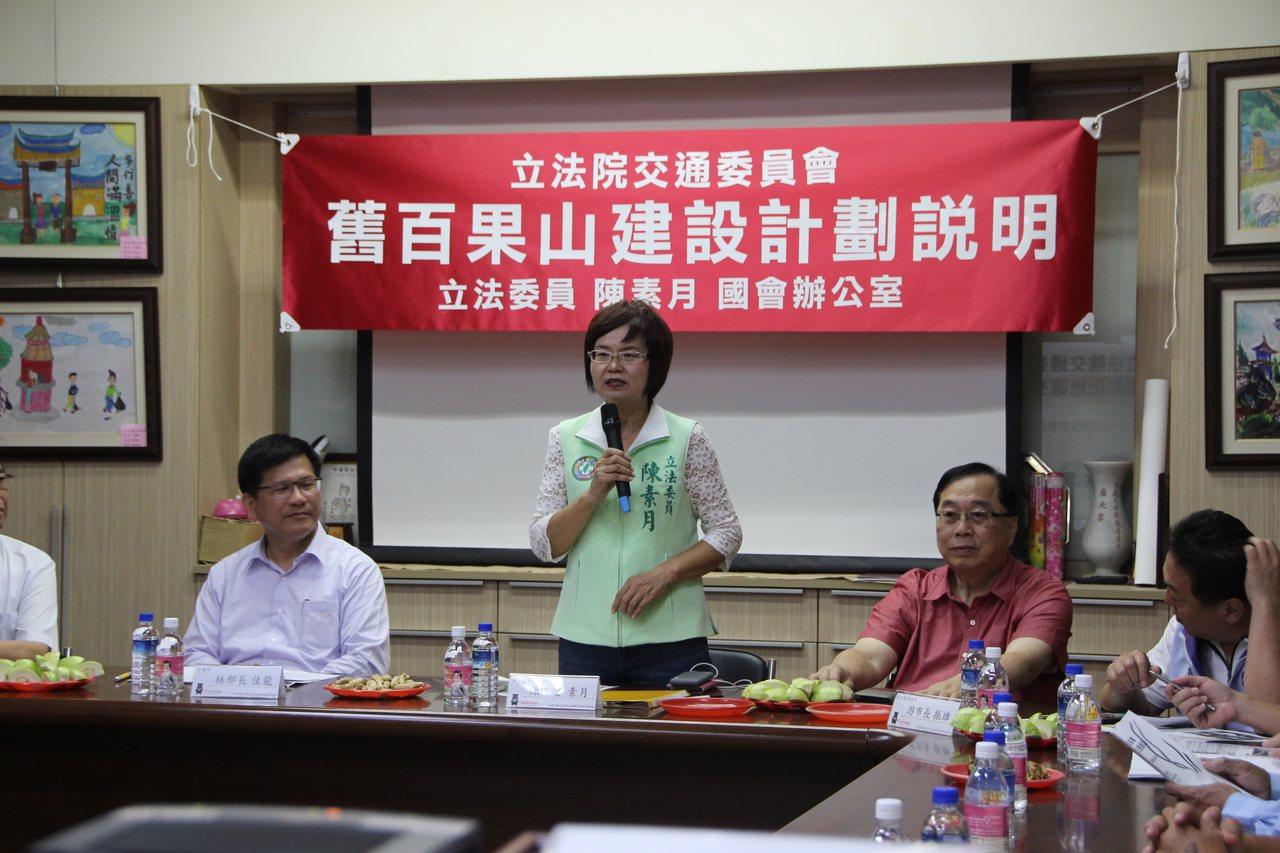 立委陳素月(中)今天安排立法院交通委員會到彰化考察。記者林敬家/攝影