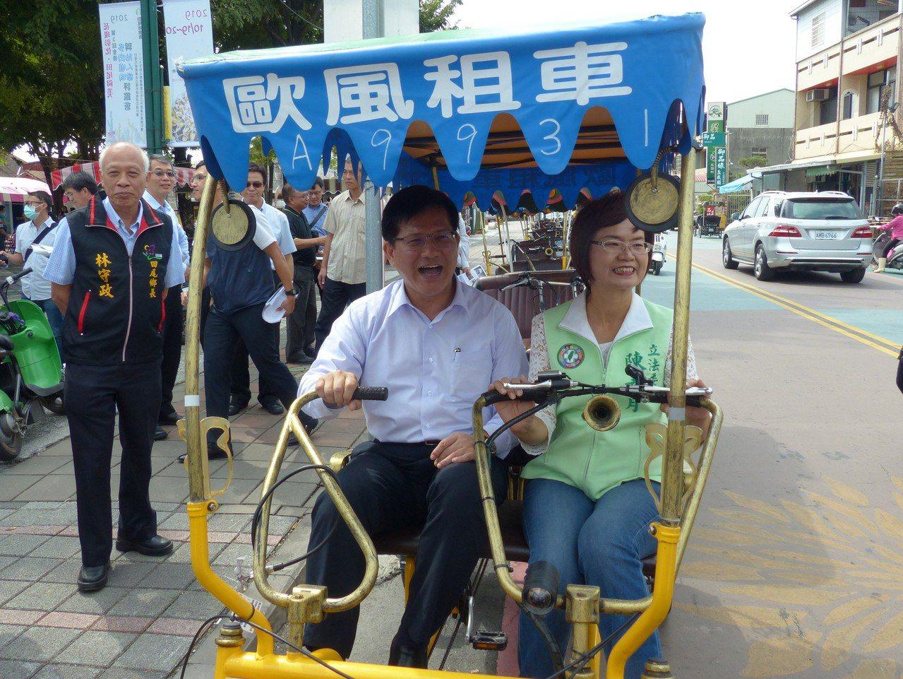 交通部部長林佳龍(左)和立委陳素月(右)體驗田尾電動自行車。記者凌筠婷/攝影