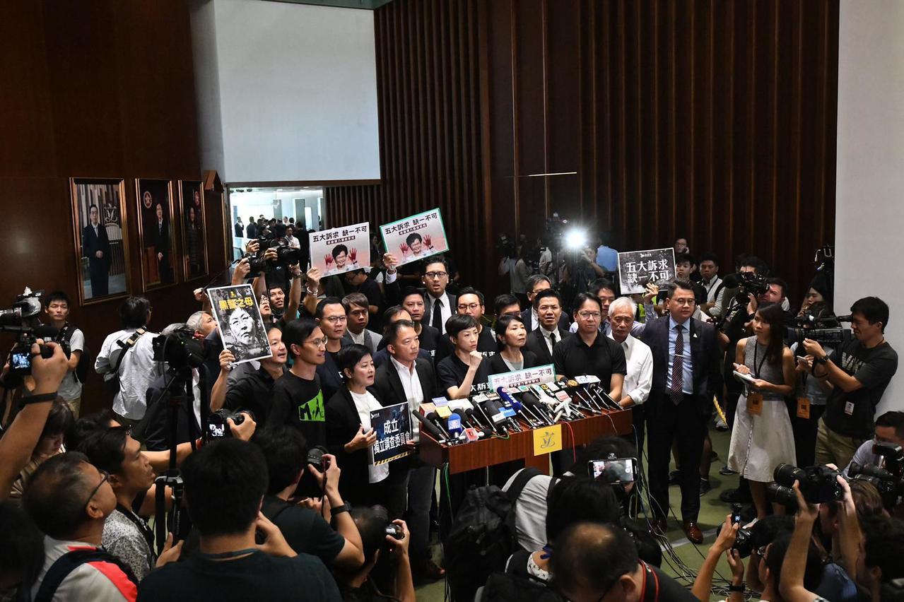 民主派質疑香港特首林鄭月娥憑甚麼發表施政報告。圖/取自星島日報