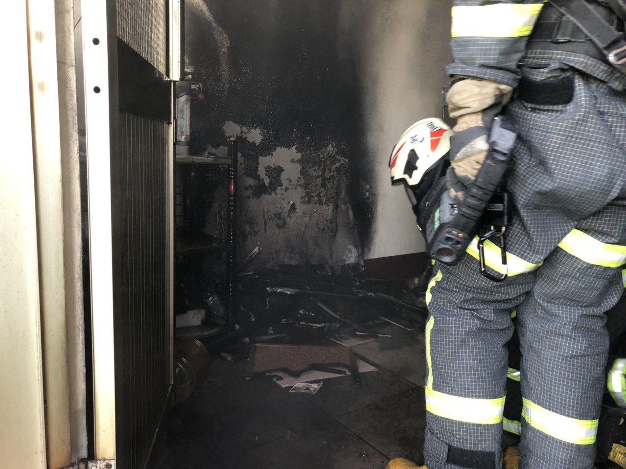 消防人員前往灌救,半小時就控制住火勢。記者李京昇/翻攝