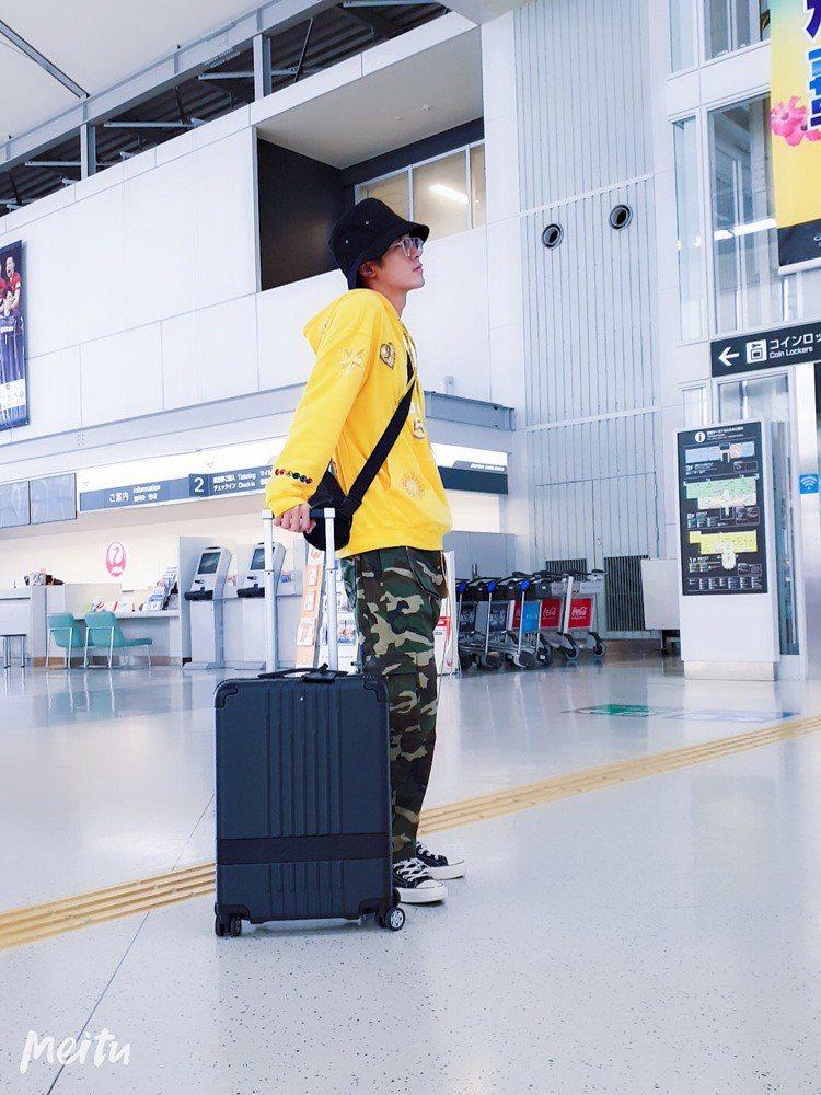 吳思賢以萬寶龍#MY4810行李箱作為機場時尚搭配的最佳配件。圖/萬寶龍提供