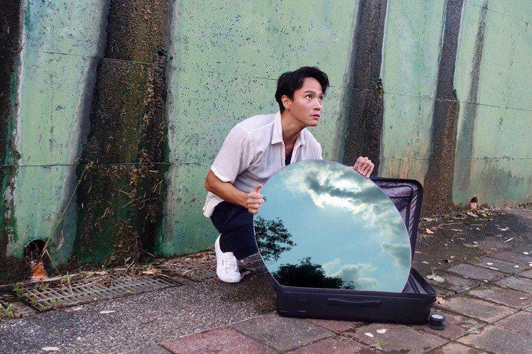 曹晏豪將萬寶龍#MY4810黑色中型行李箱化成藝術創作的媒材,透過旅行裝載美好回...