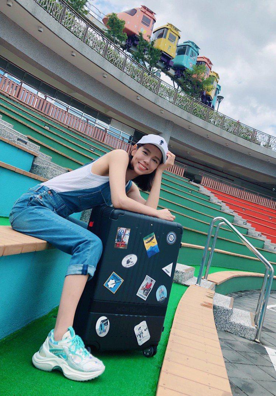 夏于喬帶著萬寶龍#MY4810,以不同方式演繹旅行,展現女人的多變風貌。圖/萬寶...