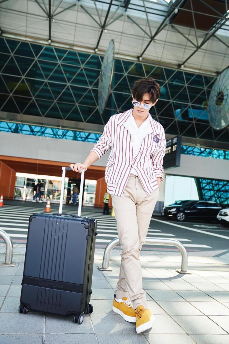 炎亞綸在繁忙工作之餘帶著萬寶龍#MY4810行李箱穿梭於城市間,透過旅行吸取更多...