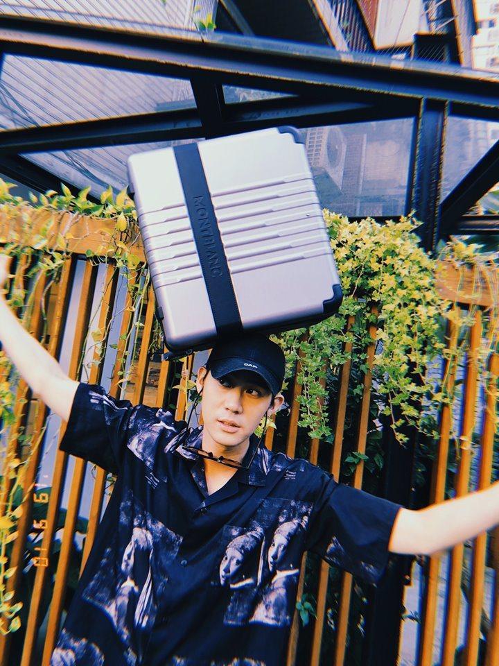李玉璽將行李箱頂在頭上,尋求寫歌靈感。圖/取自李玉璽臉書