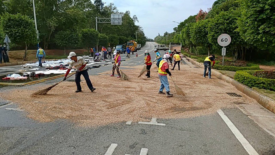 金城鎮公所清潔隊員頂著烈日,處理被油汙汙染的馬路。圖/金城鎮公所提供