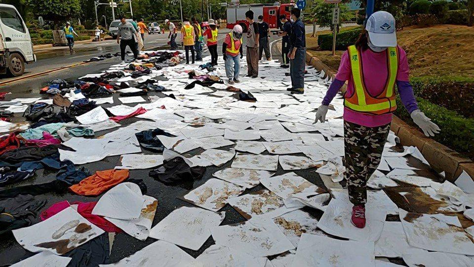 金城鎮公所緊急派員到場協助清除,利用廢棄的紙張與衣服把廢油吸走,再進行清理。圖/...