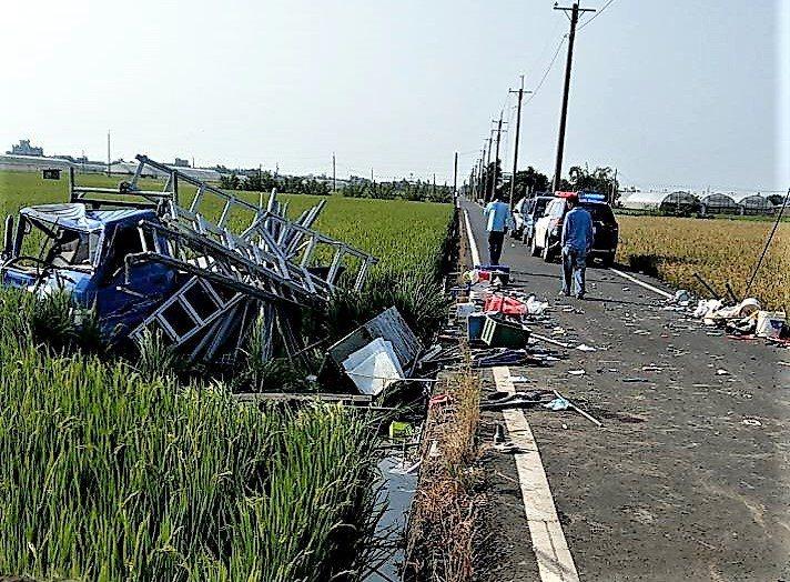 小貨車車禍撞擊後,衝進稻田、駕駛、乘客都被拋出車外。記者卜敏正/翻攝