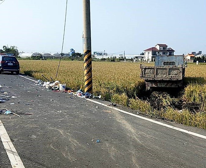 大貨車車禍撞擊後衝進稻田,蔡姓駕駛平安未送醫。記者卜敏正/翻攝