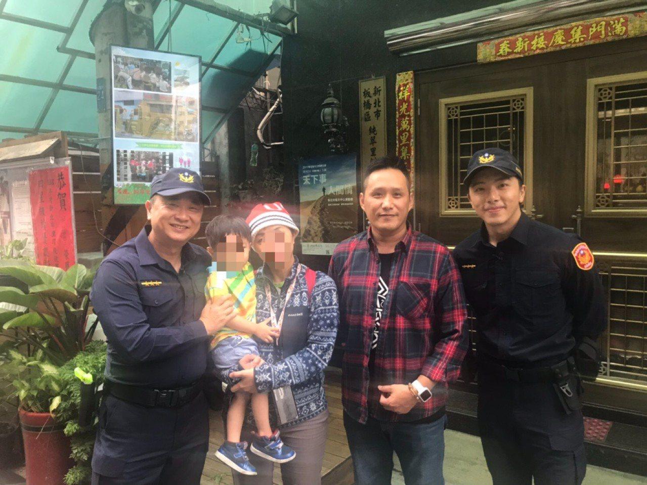 藝人邰智源和坤達今天到新北市海山警分局,拍攝體驗警察工作「一日系列」節目,巧遇民...