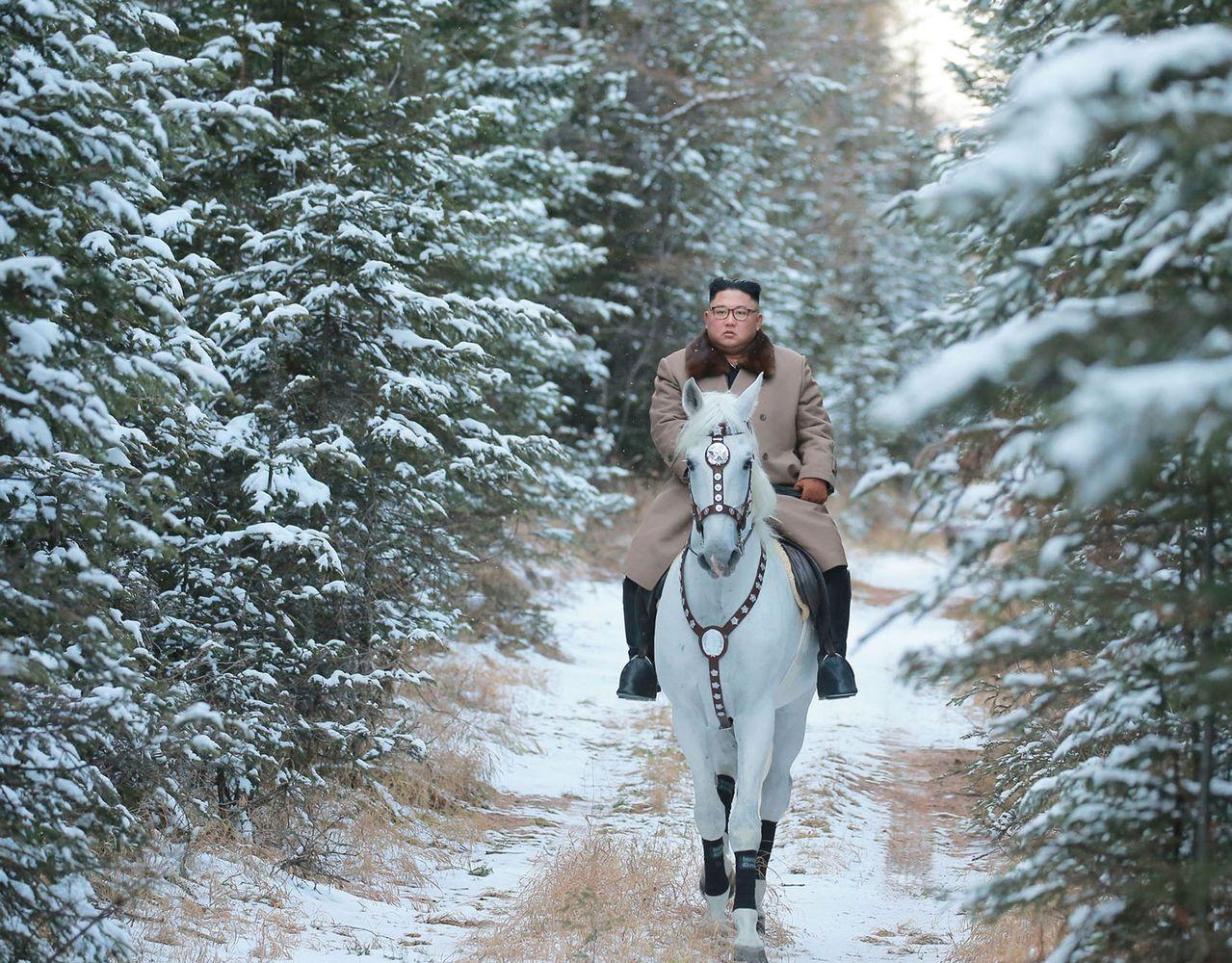 北韓官媒《朝中社》16日報導,國家領導人金正恩「迎著白頭山的第一場雪,親自騎白馬...