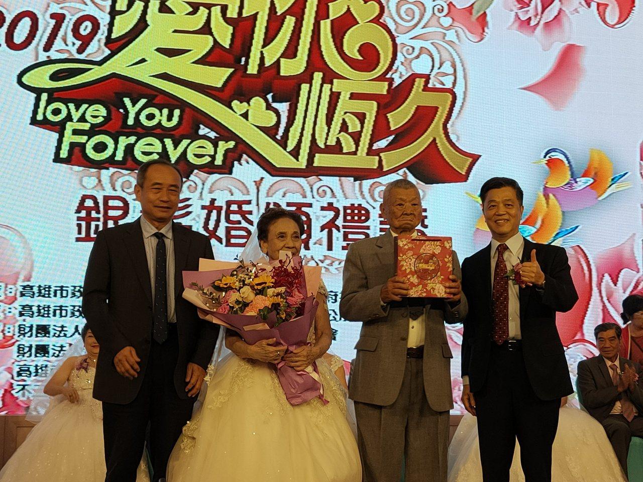 結婚逾70年的九旬夫妻張鈍(右二)、張嚴來春(左二)身著白紗上台接受副市長陳雄文...
