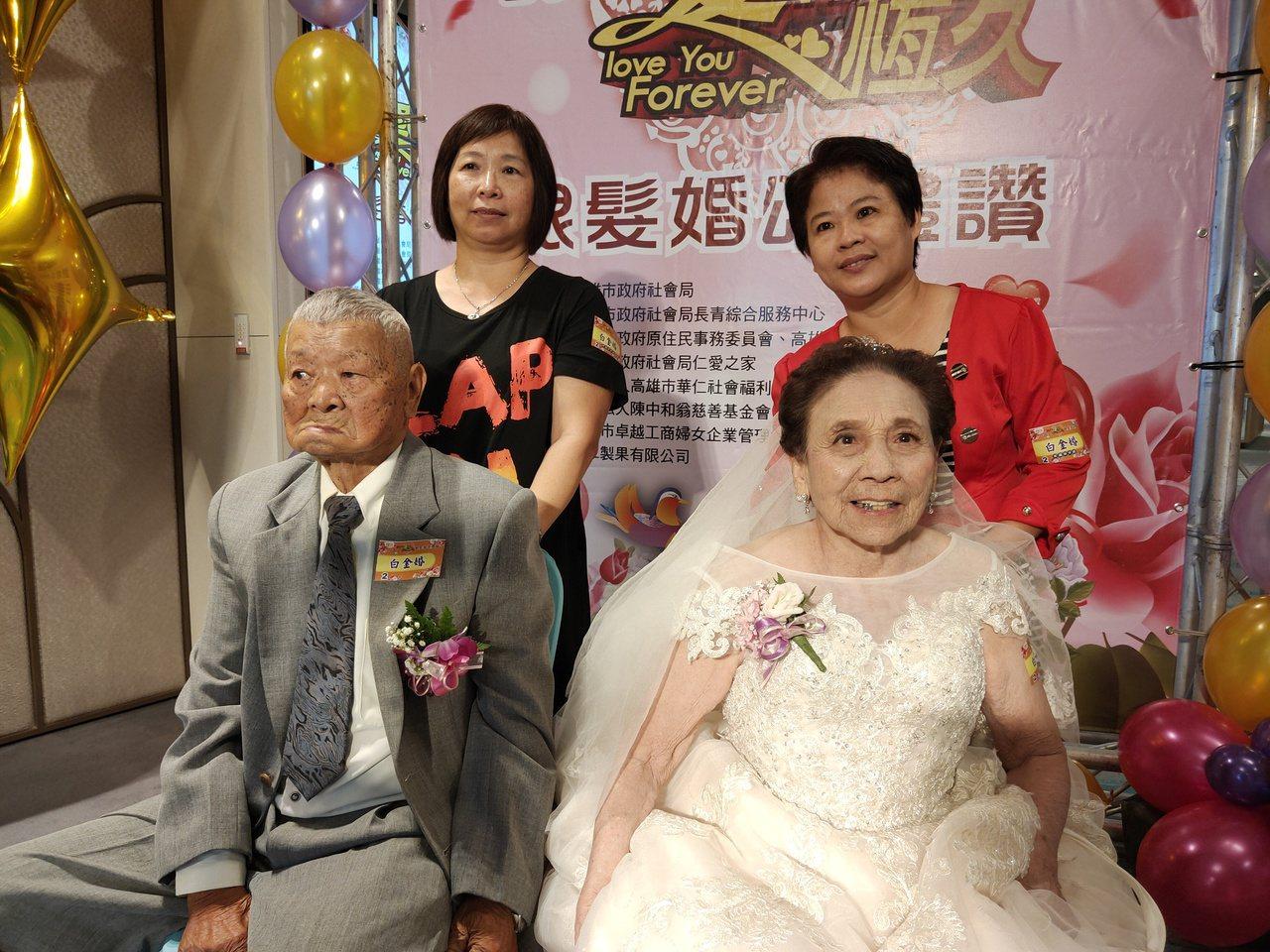 結婚逾70年的九旬夫妻張鈍(左)、張嚴來春(右)身著白紗上台,張鈍說「老婆今天很...