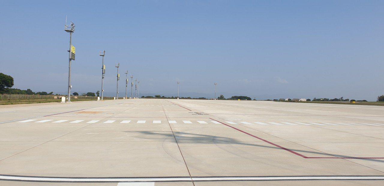 交通部長林佳龍今天和立委洪慈庸到台中機場,了解機場擴建進度和未來規畫。記者游振昇...