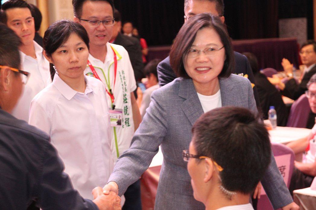 蔡英文總統(後右)下午參加台灣區工具機暨零組件工業同業公會時提出三方面的提振景氣...