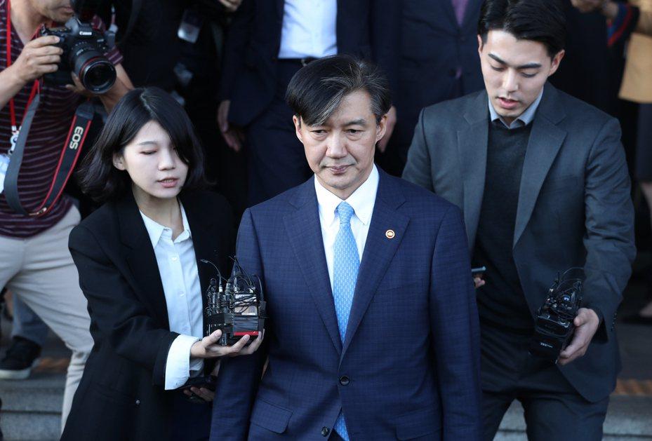 南韓法務部長曹國(中)14日請辭獲准。美聯社