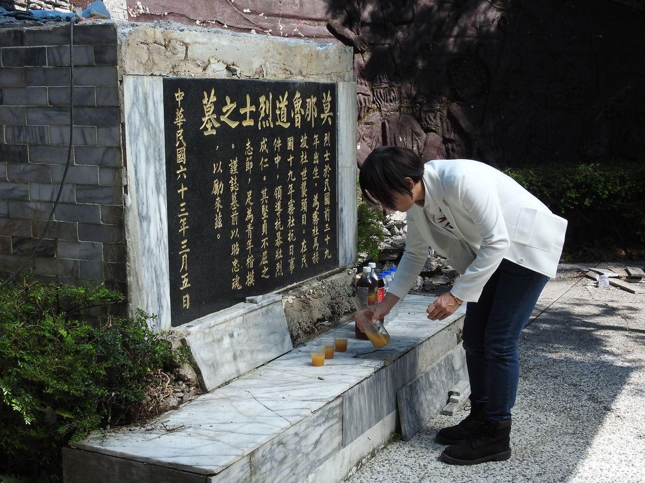 抗日英雄莫那.魯道的墓穴龜裂滲水,目前進行簡易修繕,其遺族今到場並以酒水、飲料簡...