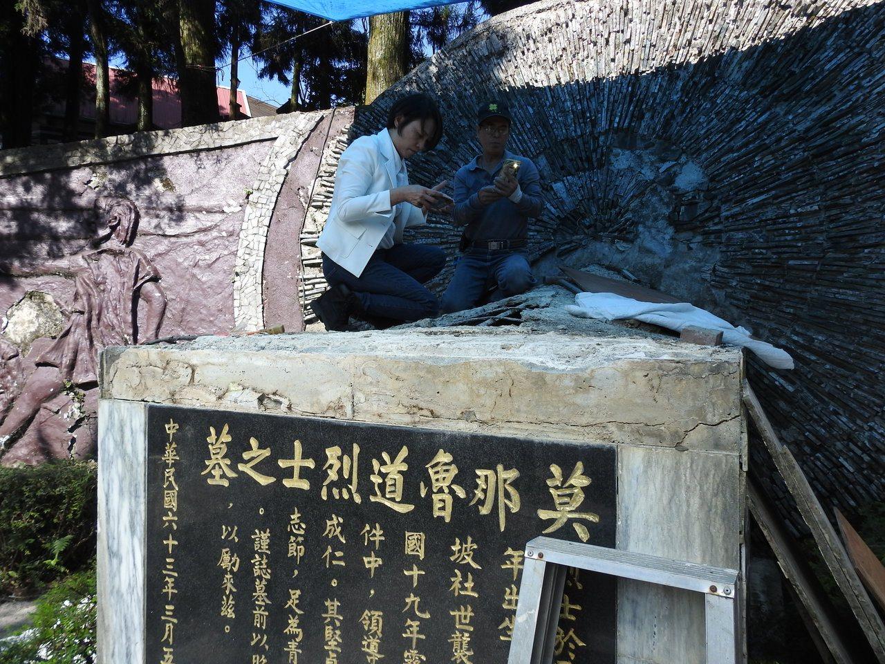 抗日英雄莫那.魯道的墓穴龜裂滲水,其外曾孫女巴干.巴萬(左)跪查受損情形,並瞭解...