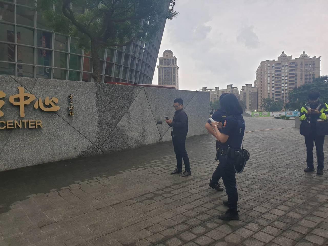 警方到場搜證,同時要調閱周邊監視錄影畫面。圖/桃園市議員余信憲提供