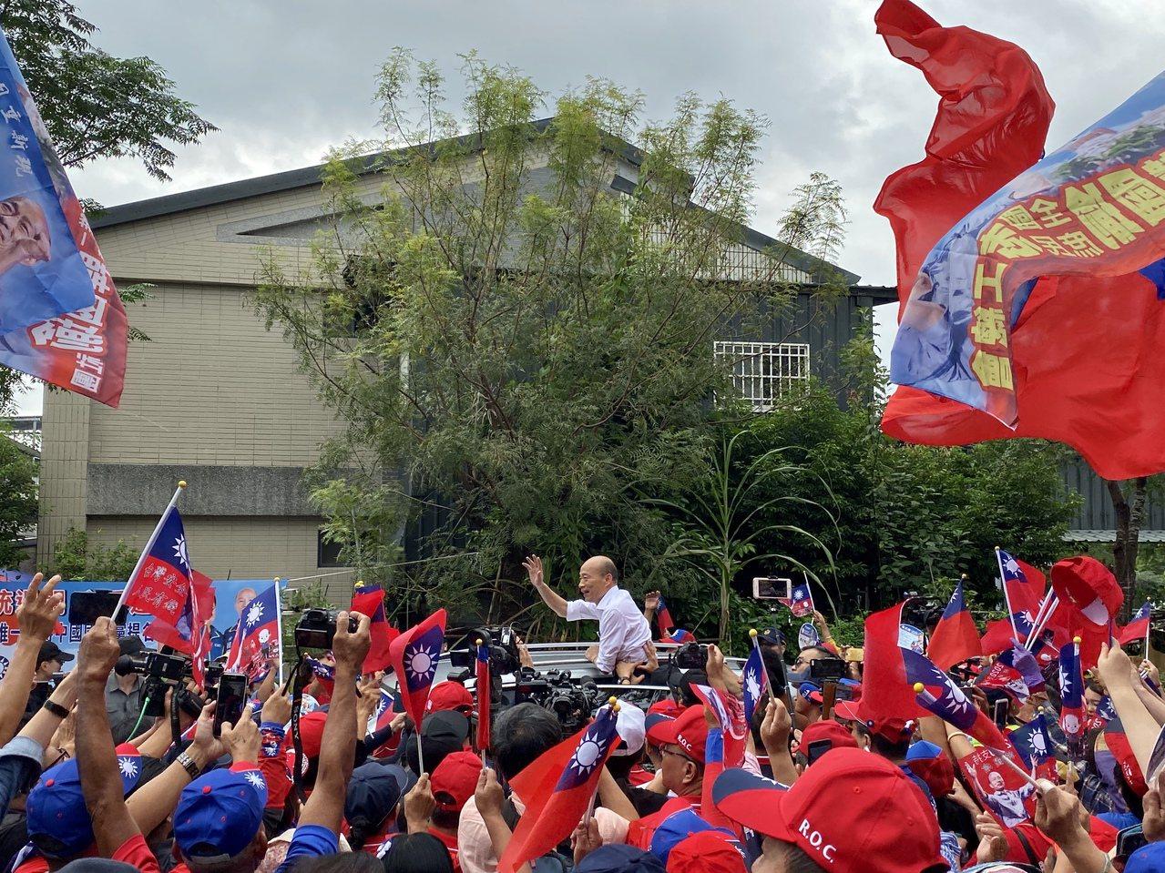 韓國瑜致詞結束後離開後,千名支持者也隨韓前往下一個行程,導致原訂在韓離開後接續舉...