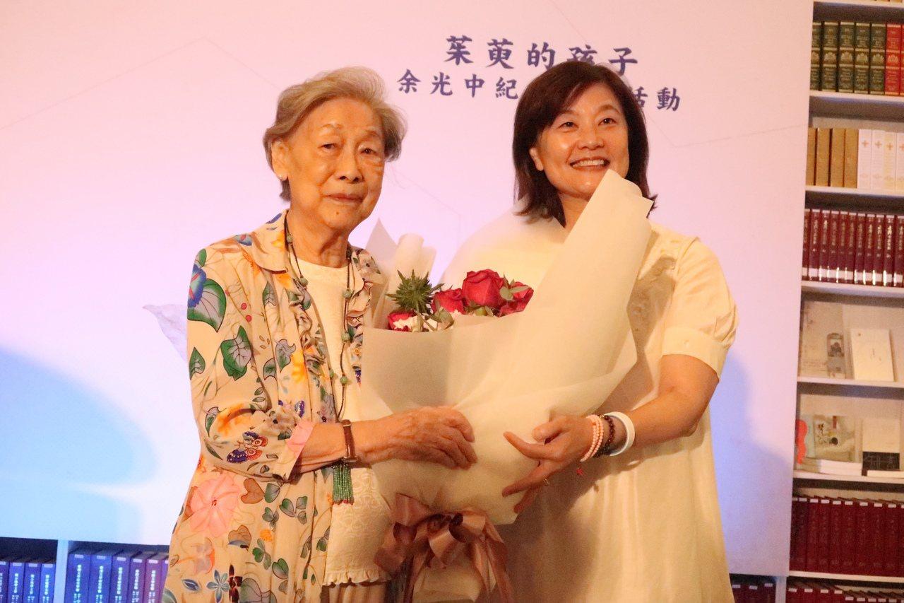 高雄市文化局長林思伶(右)代表向余光中遺孀范我存(左)獻花。記者徐如宜/攝影