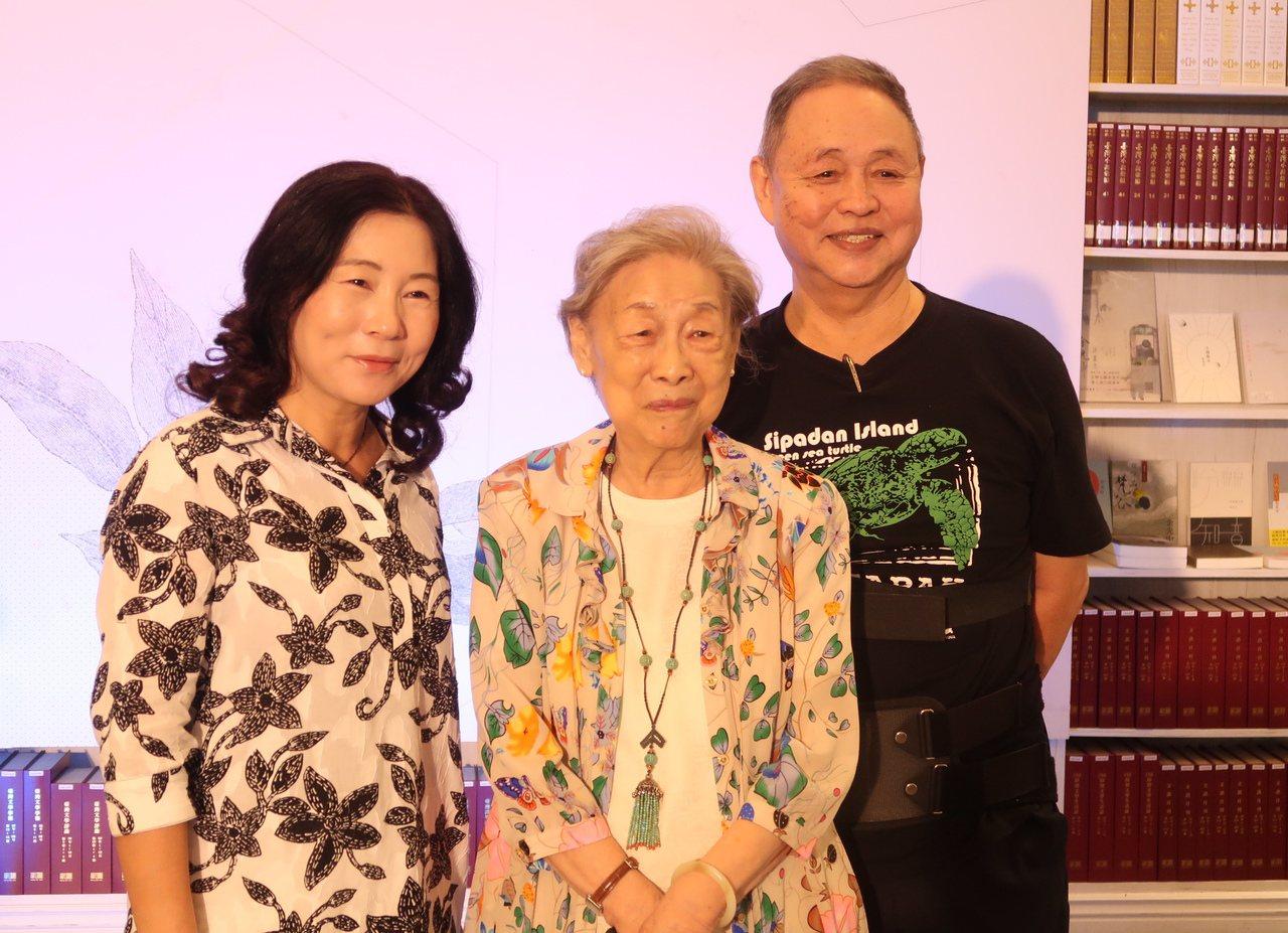 余光中遺孀范我存(中)與將軍詩人汪啟疆(右)、第一位台灣百萬小說獎得主凌煙(左)...