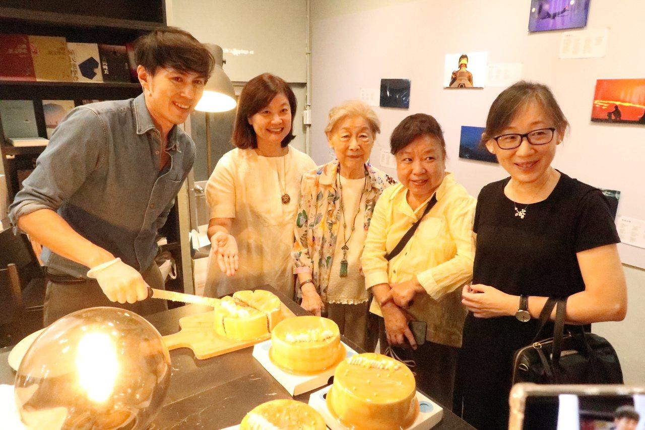 「甜點詮釋文學經典」是系列活動的小亮點,青年主廚江舟航(左一),以余光中經典詩作...