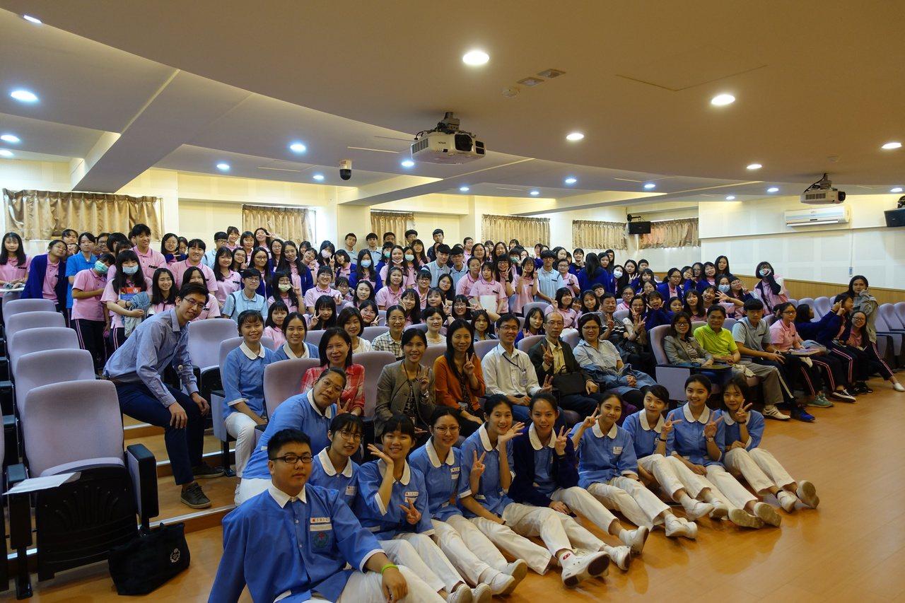 新生醫專到美國及日本實習學生,今天發表到海外醫院實習經驗及心得分享。圖/新生醫專...