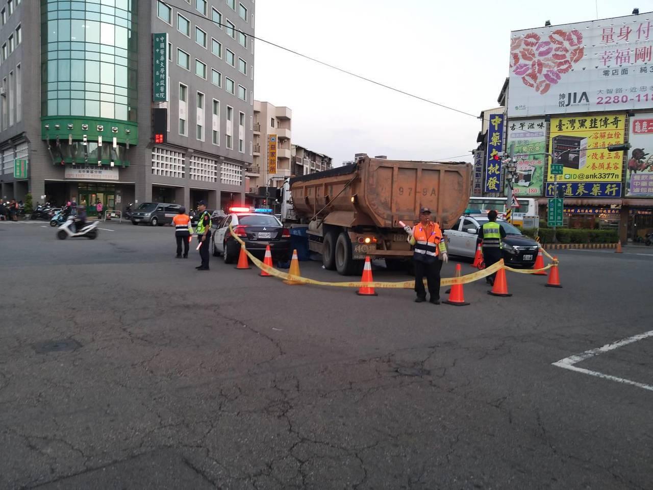 台中市東區自由路、建成路今天下午4時許傳出死亡車禍,吳姓男子駕駛的砂石車輾過一名...