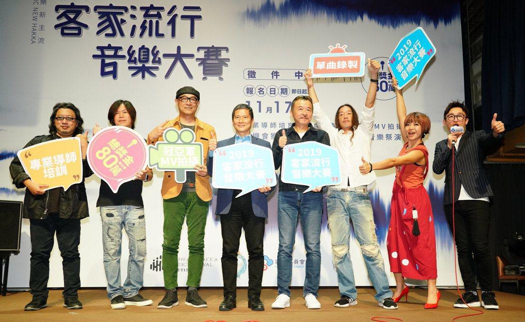 劉劭希(左起)、董事長樂團、王治平、李永得主委、黃連煜、二本貓、徐哲緯出席201