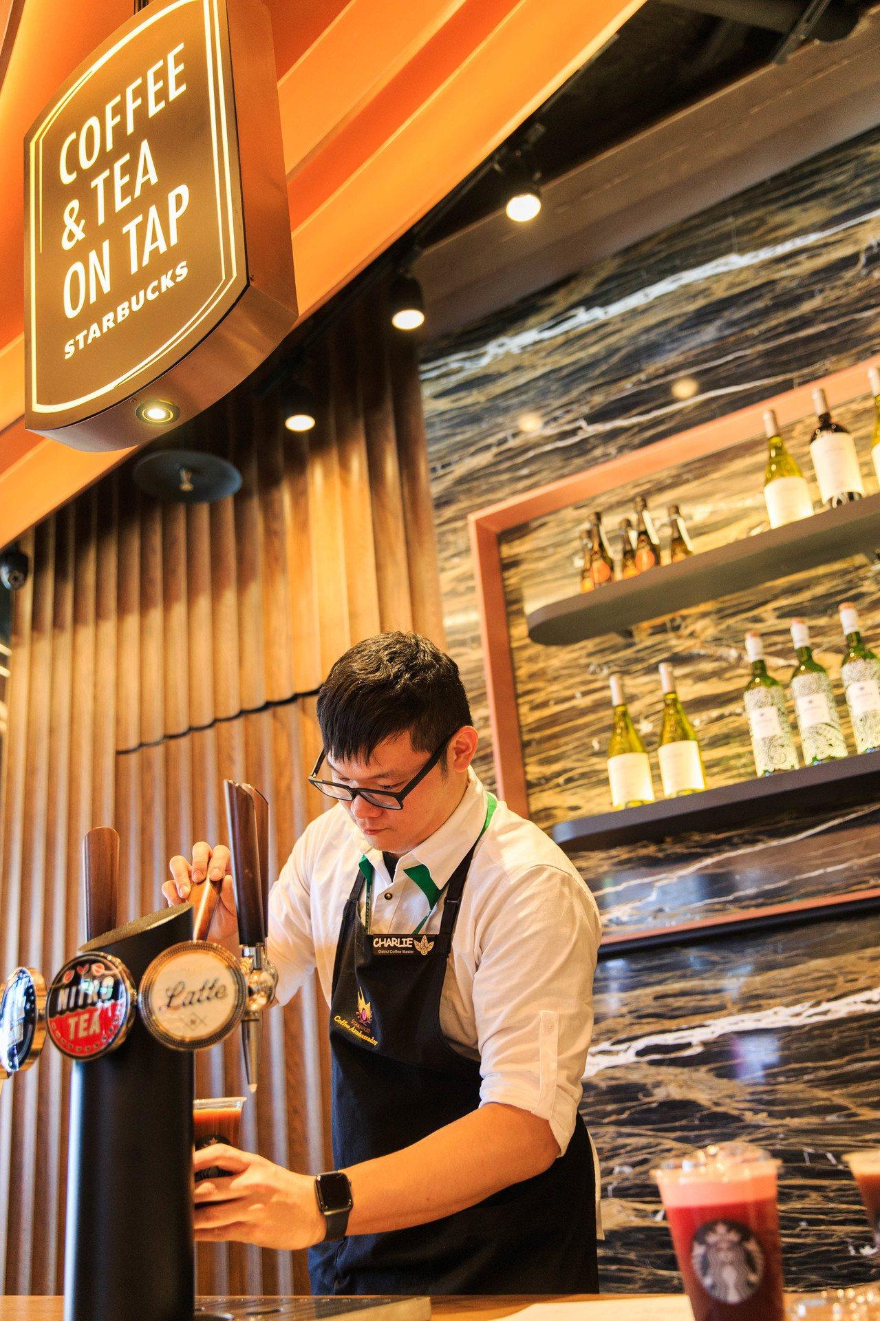 星巴克台北時代門市邀請榮獲2019年度精品咖啡大師Charlie駐點。圖/星巴克...
