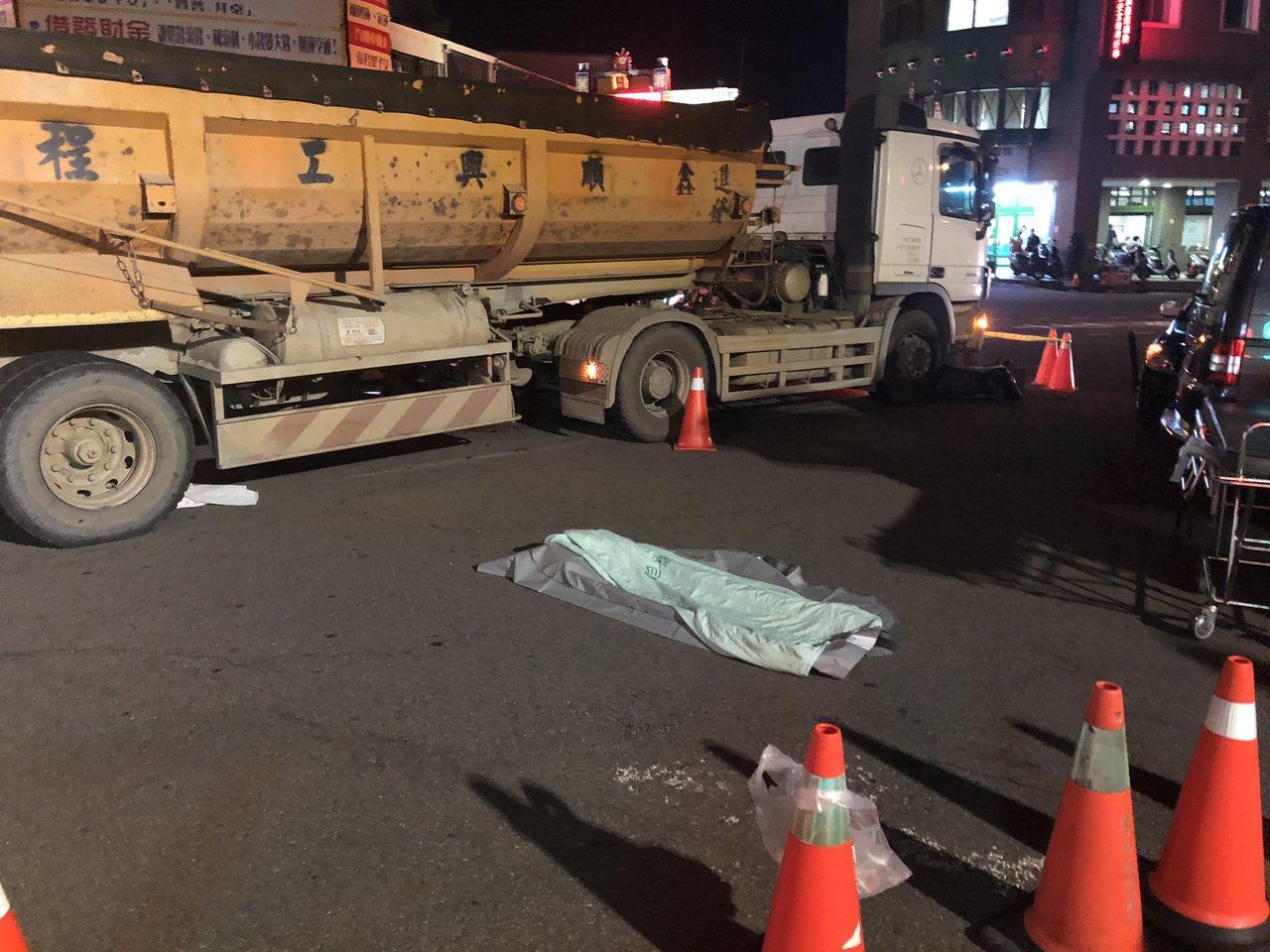 台中市東區自由路、建成路今天下午4時許傳出死亡車禍,吳姓男子駕駛的砂石車碰撞騎車...