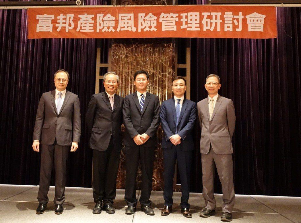 富邦產險舉辦董監事責任與公司治理實務研討會,左起為前進國際公司總經理王群中、中華...