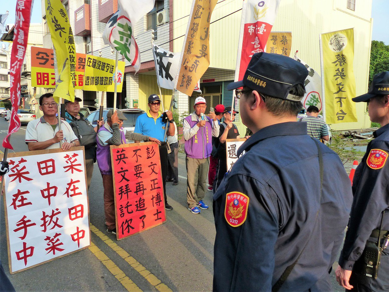 總統蔡英文抵達社頭天門宮之前,有抗議團體在旁邊大喊「蔡英文下台」。記者凌筠婷/攝...