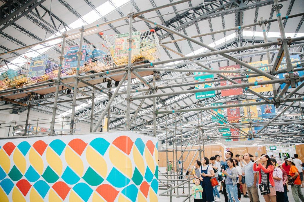 「2019台灣設計展」主展區,由朱志康空間規劃團隊將台灣人熟悉的「超級市場」搬到...